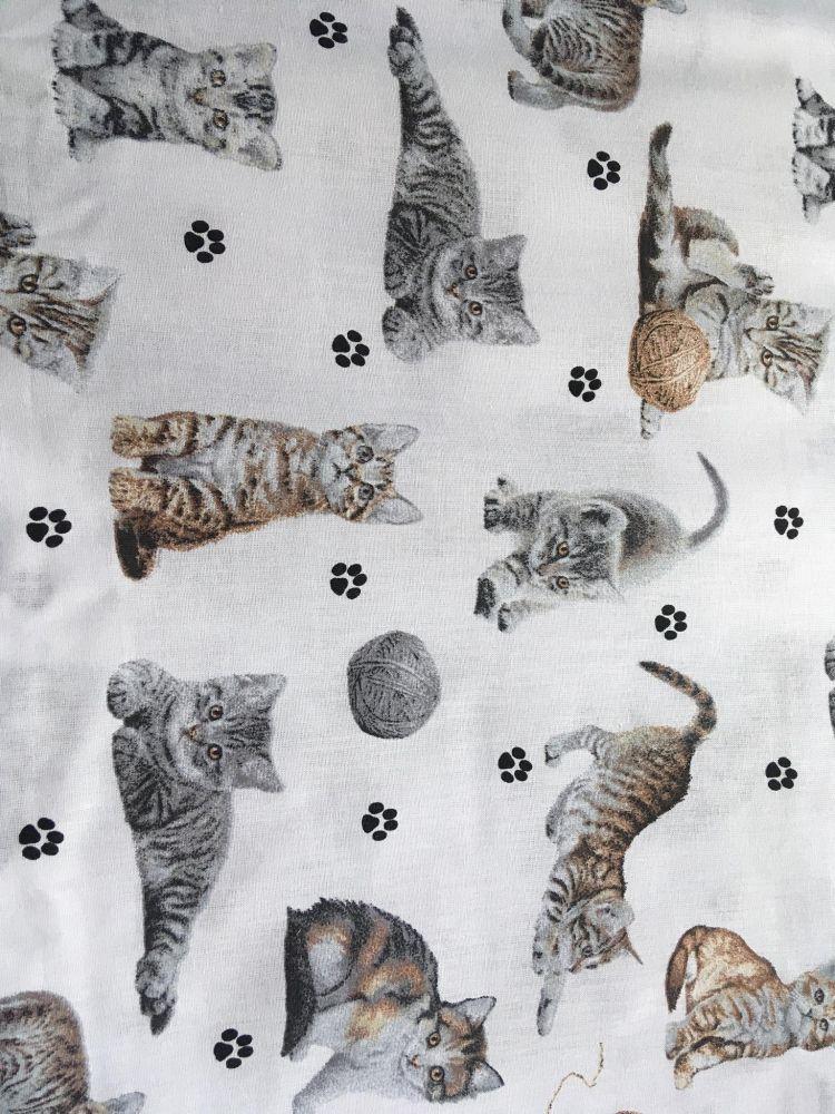 Plátno s potiskem kočičky s klubíčky na bílé